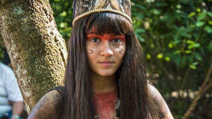 Giullia Buscacio faz aulas de arco e flecha para índia em
