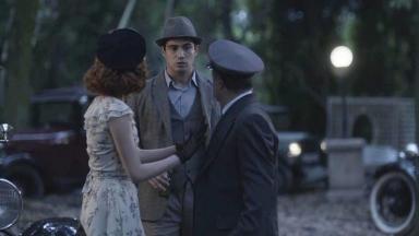 Carlos olhando Mabel conversando com o motorista em Éramos Seis