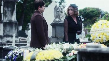 Alfredo e Marion, de Éramos Seis, parados se olhando no cemitério
