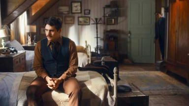Alfredo sentado em sua cama em Éramos Seis