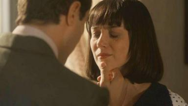 Clotilde chora sendo consolada por Almeida em Éramos Seis