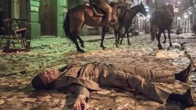 Carlos caído no chão, após levar tiro em Éramos Seis