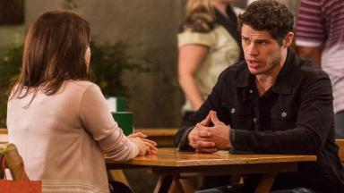 Adonis e Shirlei conversam em um bar