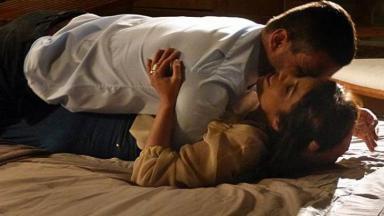 Danielle e Maurílio deitados um por cima do outro na cama