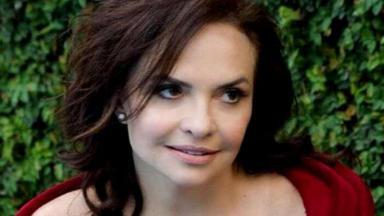 A atriz aparece olhando de lado, com o rosto sério