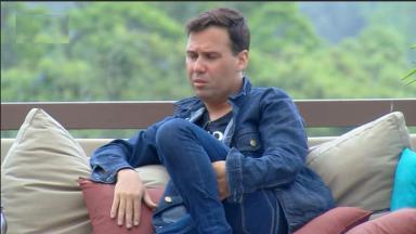 Viny Vieira está revoltado por ser um roceiros em A Fazenda 11