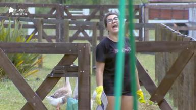 Thayse Teixeira fica estressada ao realizar tarefa no reality show A Fazenda 2019