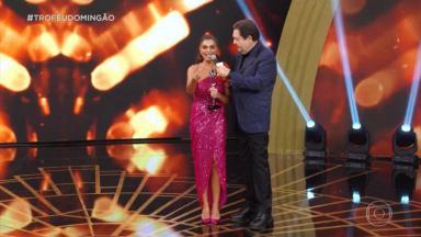 Juliana Paes recebendo o Troféu Domingão