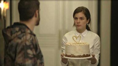 Fabiana segura um bolo com expressão de chocada em A Dona do Pedaço.