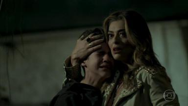 Cena de A Força do Querer com Bibi abraçando Yuri, que chora