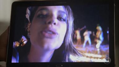 Cena de A Força do Querer com Cibele aparecendo em uma gravação num tablet