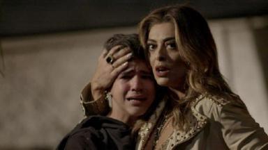 Cena de A Força do Querer com Bibi Perigosa abraçando Yuri, que chora