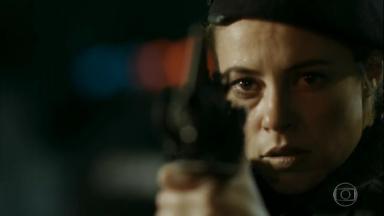 Cena de A Força do Querer com Jeiza apontando uma arma