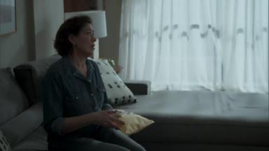 Cena de A Força do Querer com Silvana sentada segurando um envelope
