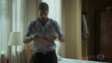 Cena de A Força do Querer com Zeca rasgando um envelope