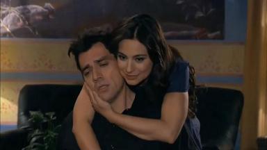 Rogério sentado e Ana Paula o abraçando em A Que Não Podia Amar