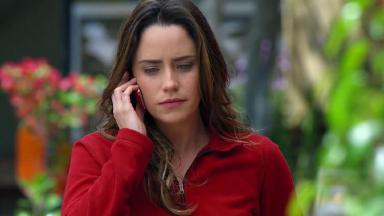 Cena de A Vida da Gente com Ana no telefone