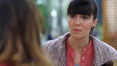 Cena de A Vida da Gente com Manu olhando para Ana