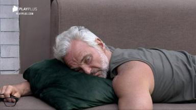 Mateus Carrieri entediado, deitado no sofá