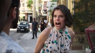 Josiane brava com os clientes na calçada em A Dona do Pedaço