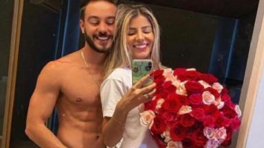 Hariany e o namorado posam para foto no espelho.