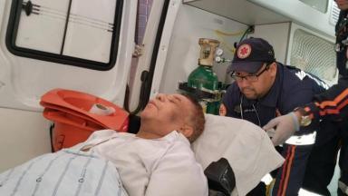 Agnaldo Timóteo numa maca, é levado a uma ambulância
