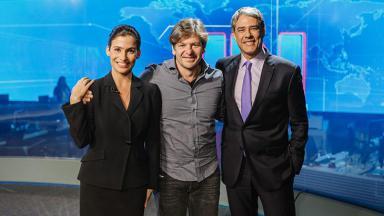 Renatas Vasconcellos, à esquerda, Alexandre Arrabal, no centro e William Bonner, à direita,  no cenário do Jornal Nacional