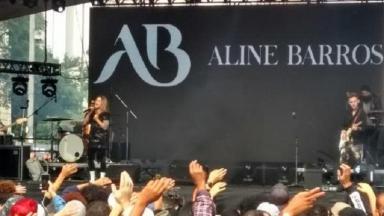 Aline Barros se apresentando no palco da Virada Cultural
