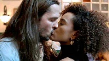 Vitória e Davi se beijando em Amor de Mãe