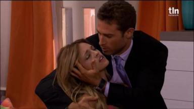 Nikki desmaia e é socorrida por Gusmão em Amores Verdadeiros