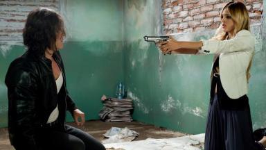 Cena de Amores Verdadeiros com Nikki armada e mirando em bandido