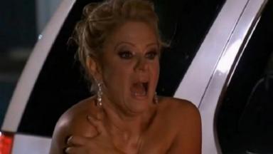 Cena de Amores Verdadeiros com Vitória tapando sua nudez