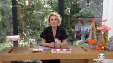 Ana Maria Braga sentada em sua mesa na abertura do Mais Você