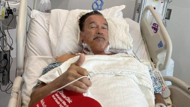 Arnold Schwarzenegger posa em cama de hospital após cirurgia cardíaca