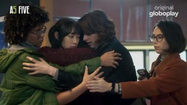 Cena de As Five com as cinco amigas se abraçando