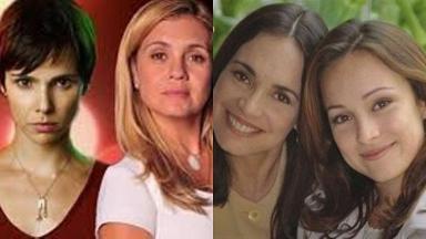 Tela dividida, metade com Nina e Carminha olhando para frente e do outro Helena e Eduarda também olham para frente e sorriem