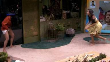 Flayslane fazendo xixi na sala do BBB20