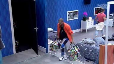 Projota carregando malas para a despensa