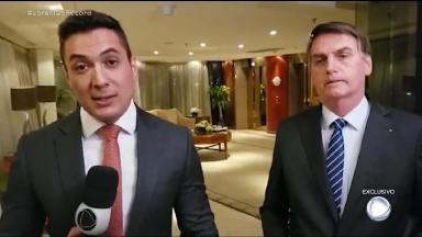 Jair Bolsonaro e um repórter do Jornal da Record durante entrevista