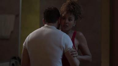 Diogo e Gisele abraçados em Bom Sucesso e ela assustada.