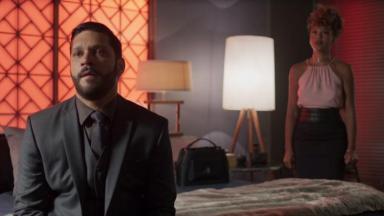 Diogo sentado em cena de Bom Sucesso com Gisele em pé, atrás