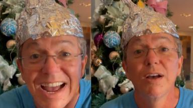 Boninho sorrindo com papel alumínio na cabeça