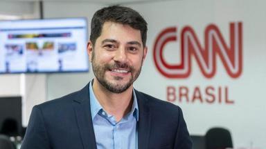 Evaristo Costa posa para foto na CNN Brasil