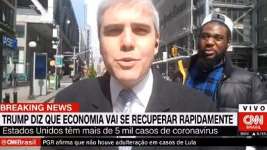 Repórter da CNN Brasil sendo interrompido por homem nos EUA