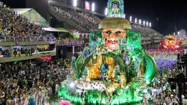 Imagem mostra parte do desfile da Mangueira no Carnaval 2020