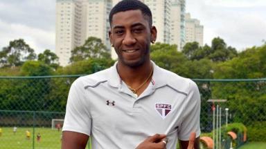 Jogador do São Paulo, Carneiro, posa com a camisa do São Paulo