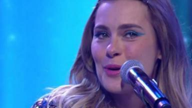 Carolina Dieckmann cantando no Encontro com fátima Bernardes