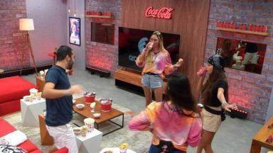 Sarah, Gilberto, Juliette e Thaís brindando no cinema do líder