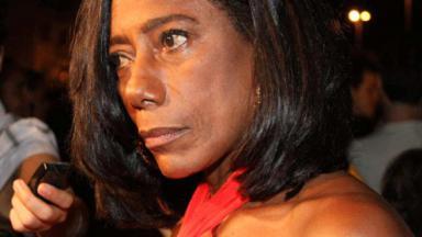 Gloria Maria durante entrevista