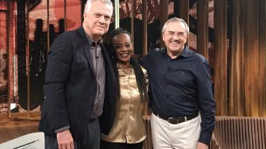 Pedro Bial posa para foto com Laurentino Gomes e Eliana Alves Cruz